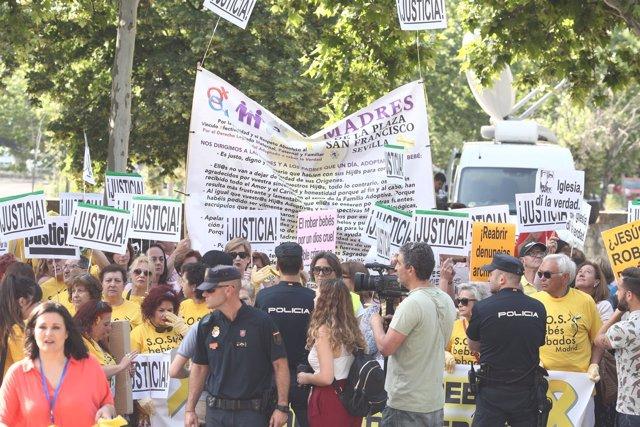 Concentración en la Audiencia Provincial de Madrid por el caso de bebés robados