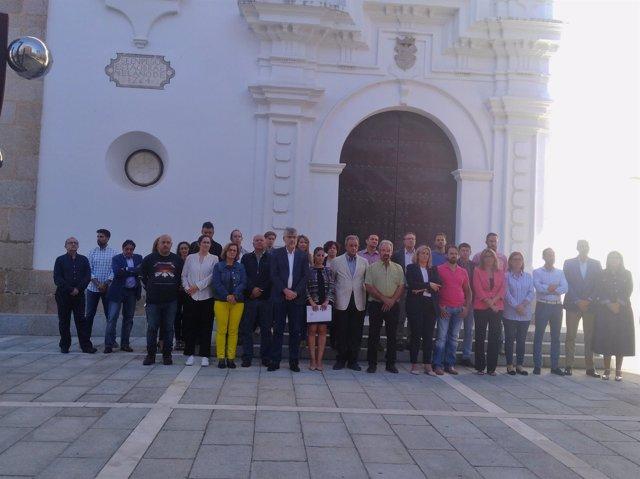Autoridades durante el minuto de silencio  por los desaparecidos en Extremadura