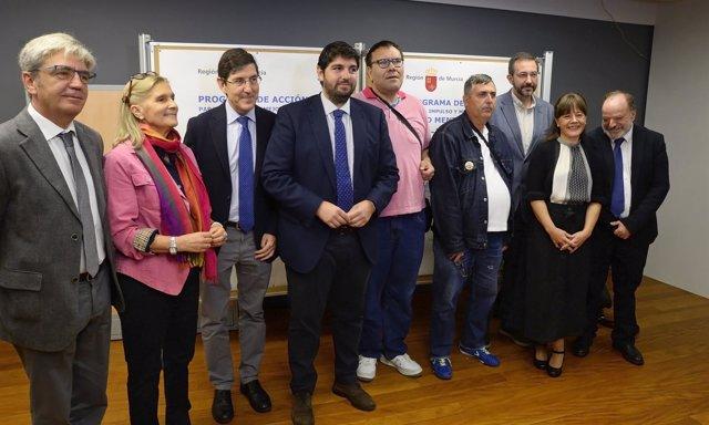 López Miras, cuarto por la izquierda, presenta el Programa de Salud Mental