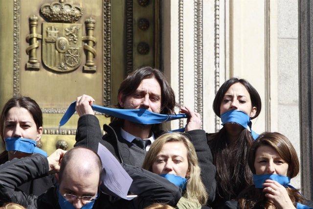 Rafael Mayoral a las puertas del Congreso protesta por la ley mordaza