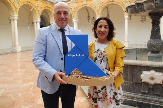 Ruiz y Pozuelo posan con la 'Pajarita Azul'