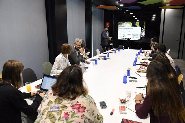 Pedro Malabia hace una explicación durante el desayuno con los medios