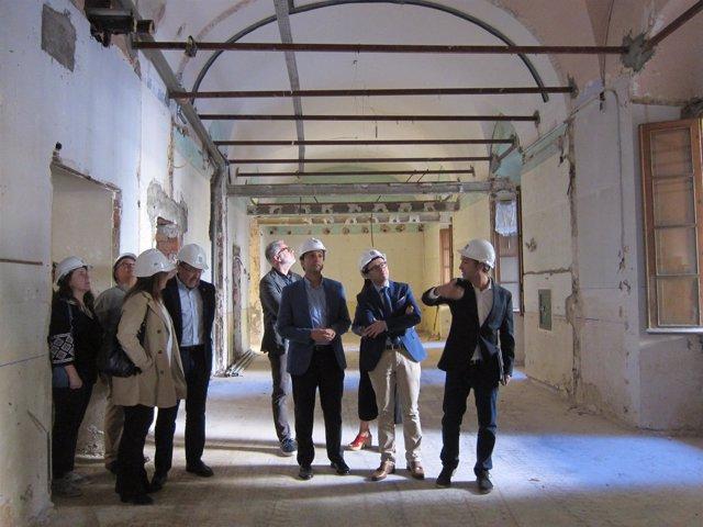 Autoridades durante la visita al Hospital Provincial de Badajoz