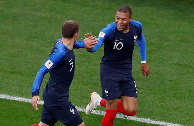Mbappé celebra su gol junto a Griezmann