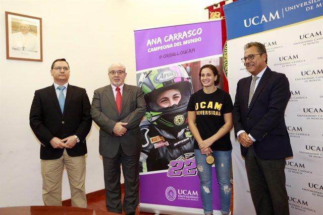 Mendoza, segundo por la izquierda, junto a Ana Cararsco