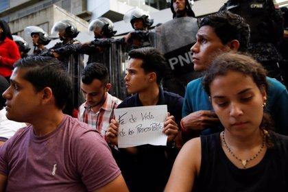 Miles de venezolanos protestan contra Maduro al que acusan de asesinar al concejal opositor que cayó de un edificio
