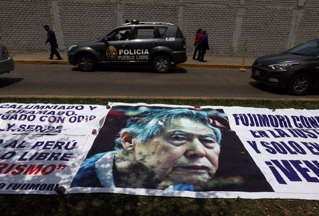 Pancarta con la imagen de Alberto Fujimori