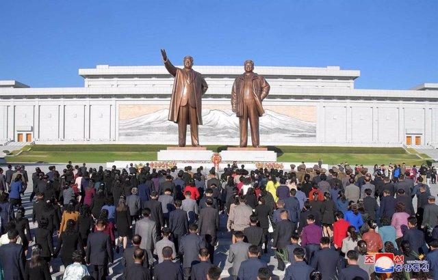 Ofrenda floral ante las estatuas de Kim Il Sung y Kim Jong Il en Pyongyang