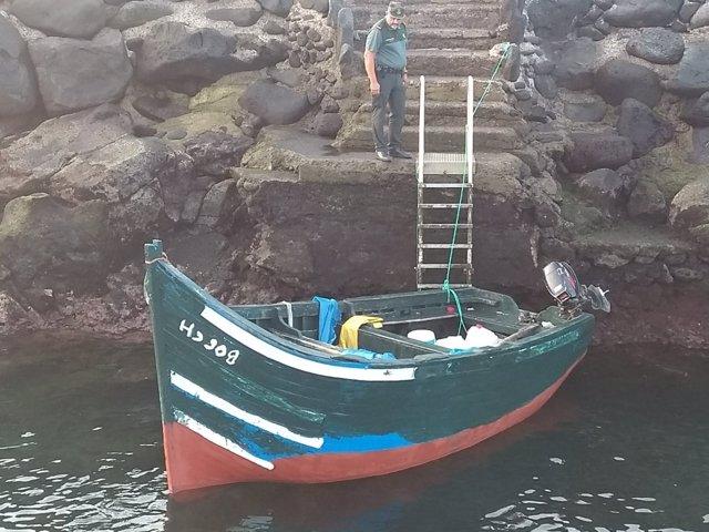 Patera rescatada por pescadores en La Santa, en Tinajo