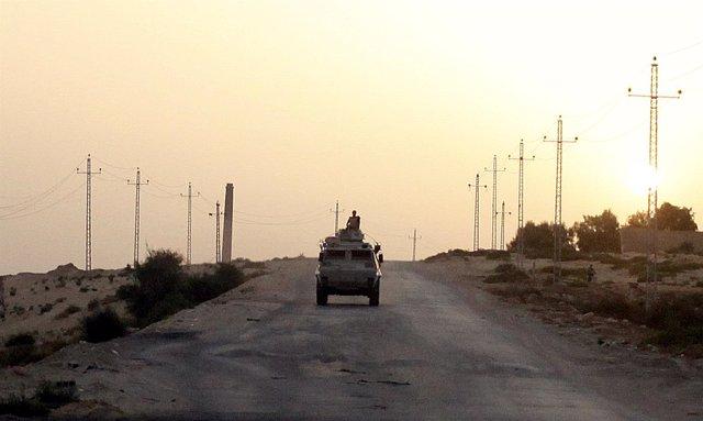 Vehículo militar egipcio en el norte del Sinaí