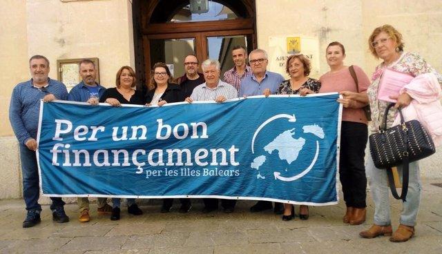 Colocoan una banderola el Ayuntamiento de Alcúdia