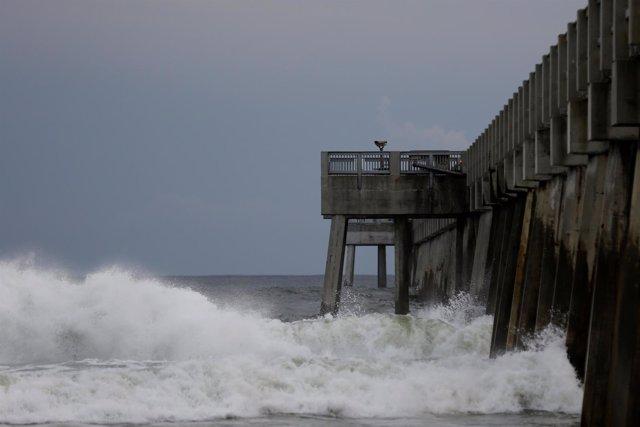 Olas en un muelle mientras el huracán 'Michael' se aproxima a la playa