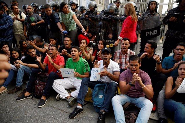 Protesta a las puertas del SEBIN por la muerte del opositor Fernando Albán