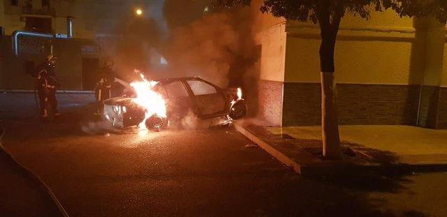 Incendio de varios vehículos en Lora del Río