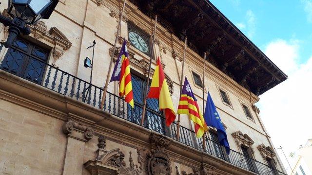 Banderas a media asta en el Ayuntmiento de Palma