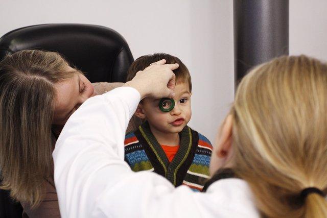 Niño en una revisión ocular