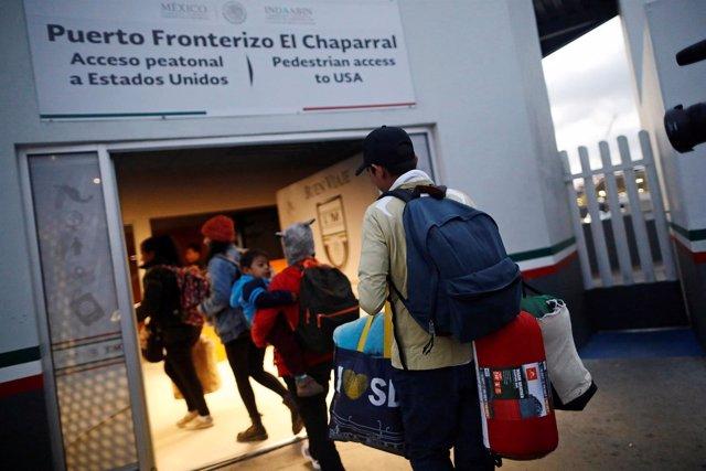 Integrantes de una caravana de inmigrantes en instalaciones fronterizas con EEUU