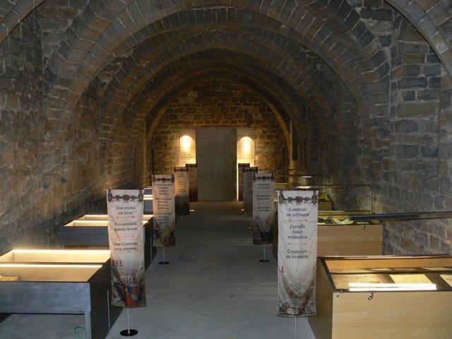 Vista general de la exposición en el Archivo General de Navarra