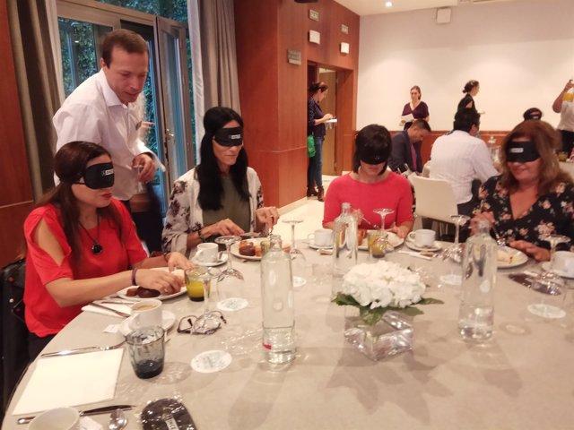 Desayuno a ciegas ONCE personas se ponen en la piel de ciegos accesibilidad obse