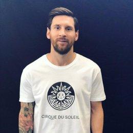 Leo Messi con la camiseta del 'Cirque du Soleil'