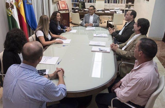 El presidente de la Diputación de Huelva, Ignacio Caraballo, con viveristas.
