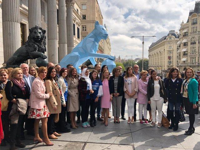 Plan Internacional lleva una leona al Congreso por el Día de la Niña