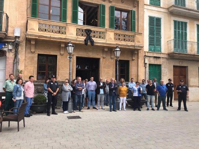 Ayuntamientos de Mallorca realizan un minuto de silencio por los fallecidos en las inundaciones
