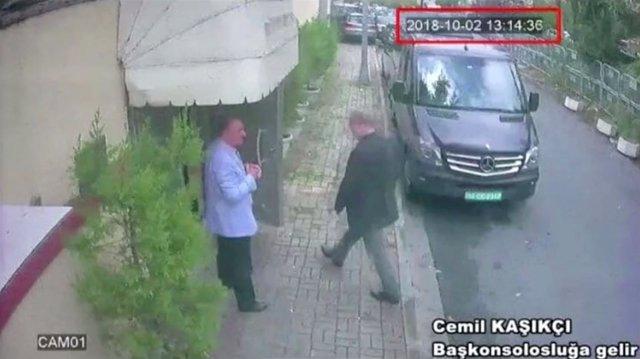 Imagen de Yamal Jashogi llegando al consulado saudí en Estambul