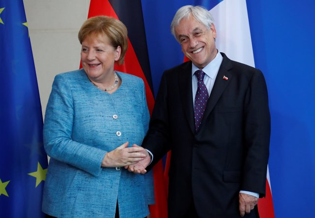 German Chancellor Angela Merkel and Chilean President Sebastian Pinera shake han