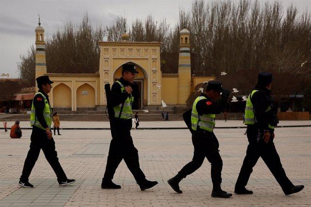 Policías chinos de patrulla en la región de Xinjiang