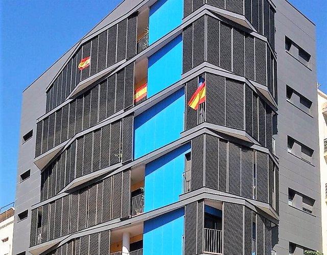 Banderas de España en un edificio de viviendas