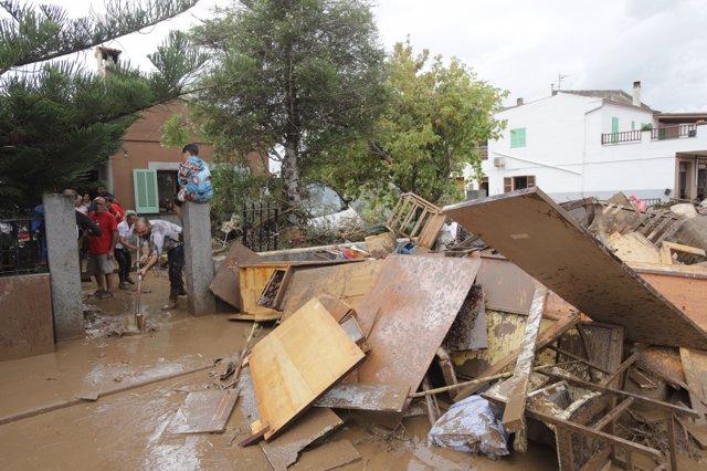 Familia achica agua en Sant Llorenç