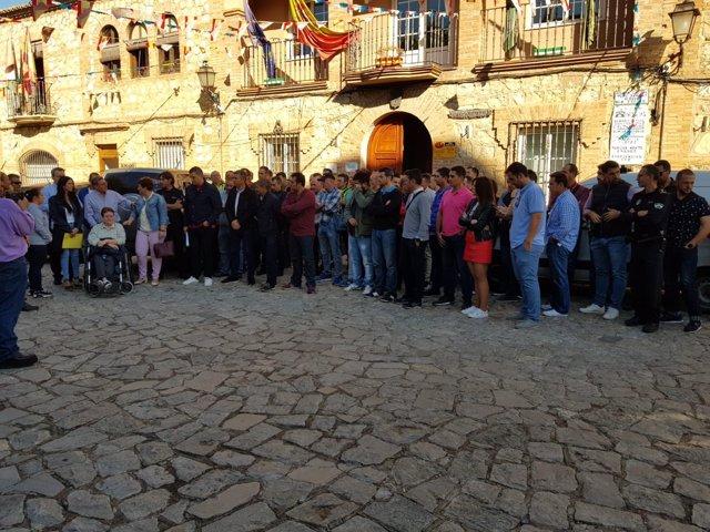 Concentración de familiares y compañeros del policía agredido en Iznalloz