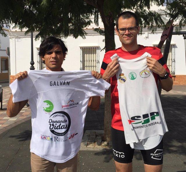 Los corredores populares onubenses Antonio Bendala y José Carlos Galván.