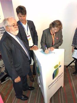 Isabel Elizalde firma la suscripción al Pacto Europeo de los Alcaldes