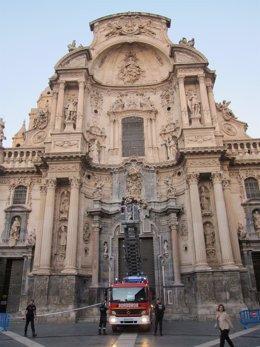 Los Bomberos intervienen en la fachada de la Catedral de Murcia