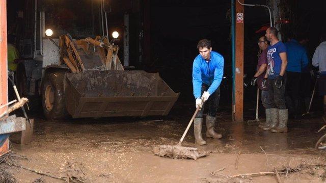 Rafael Nadal ayuda en las labores de limpieza en la isla mallorquina.