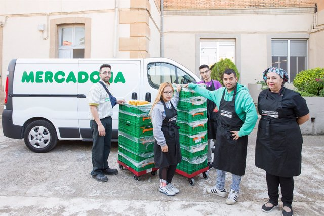 Representantes de Mercadona, el comedor solidario y la fundación