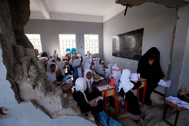 Niñas en una escuela dañada por un bombardeo en Hodeida