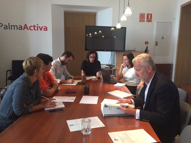 Regidora de Turismo, Joana M. Adrover; coordinadora del Área, Josefa Pérez, etc