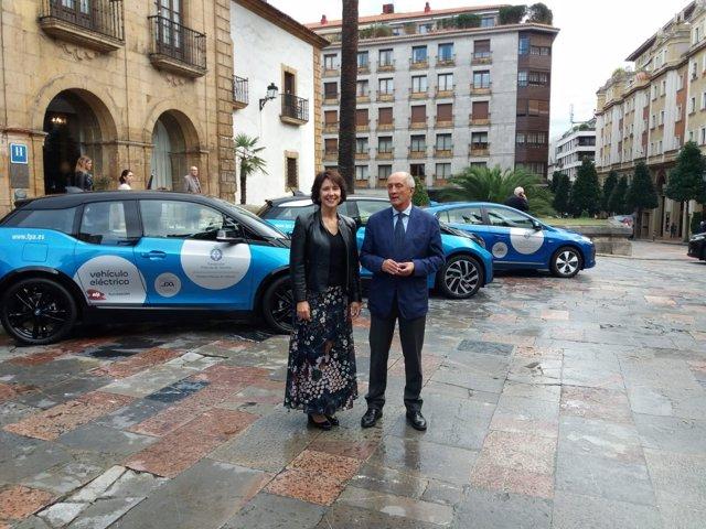 Teresa Sanjurjo y Nicanor Fernández con coches eléctricos de EDP