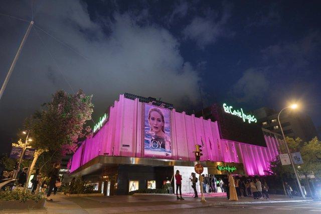 El Corte Inglés ilumina sus fachadas de rosa para apoyar el Día Mundial contra e