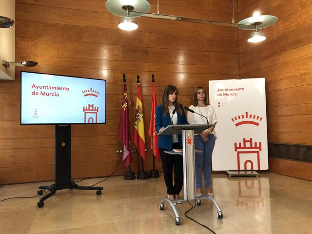 La concejal Rebeca Pérez, acompañada de Conchita Ruiz