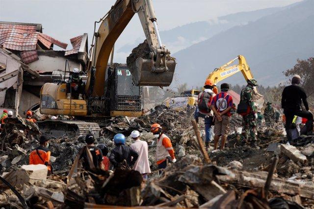 Equipos de búsqueda tras el terremoto en Palu