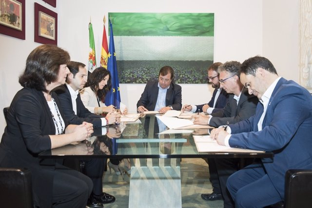 Vara y otras autoridades en la firma para el traspaso de conservatorios