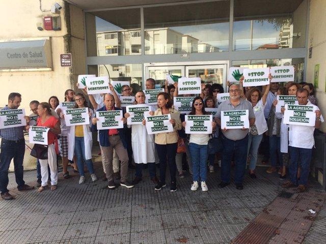 Concentración de sanitarios en el centro de salud de Adoratrices de Huelva.