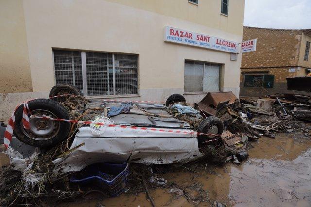Coche volcado tras la lluvia en Sant Llorenç
