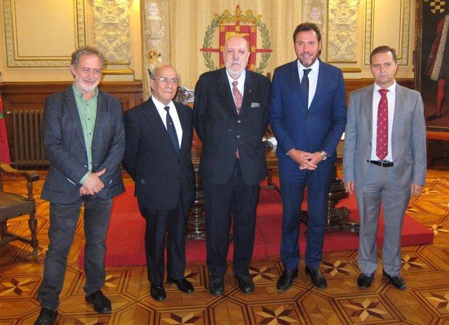 José Delfín Val (en el centro), nuevo cronista oficial de Valladolid. 11-10-2018