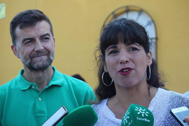 Antonio Maíllo y Teresa Rodríguez atiendiendo a los medios