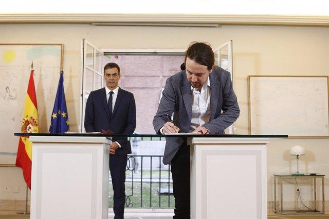 El presidente del Gobierno, Pedro Sánchez, firma con el secretario general de Po